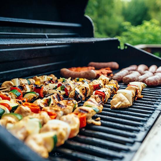 grillade de brochettes au barbecue