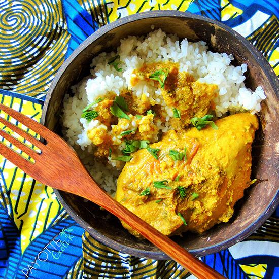 Assiette de poulet au curry avec du riz blanc accompagnée d'une fourchette en bois